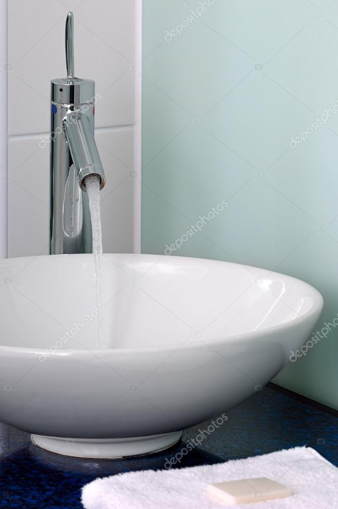 badkamer wastafel kom teller Tik mixer handdoek zeep — Stockfoto ...