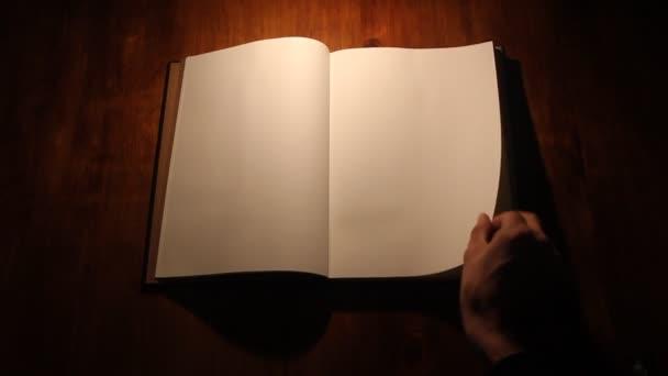 kniha na bílém pozadí
