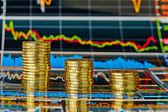 Hanyatlás pénzügyi diagram és halom aranyat