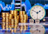 Hromady zlatých mincí, hodiny, kostky kostky s slova Prodáváme b