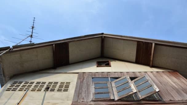 časová prodleva abstraktní obytných domů a modrá obloha.