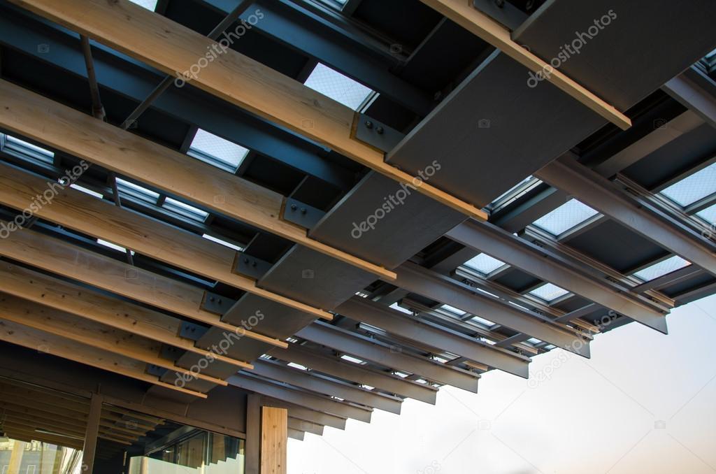 techo de metal con viga de madera u foto de stock