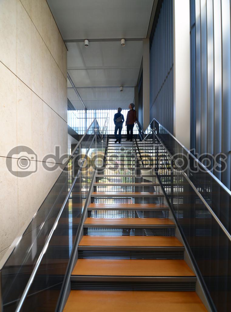 Escaleras modernas metel con escalera de madera foto de stock siraanamwong 48014501 - Escaleras de madera modernas ...