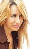 Docela blonďatá žena s hnědé sako