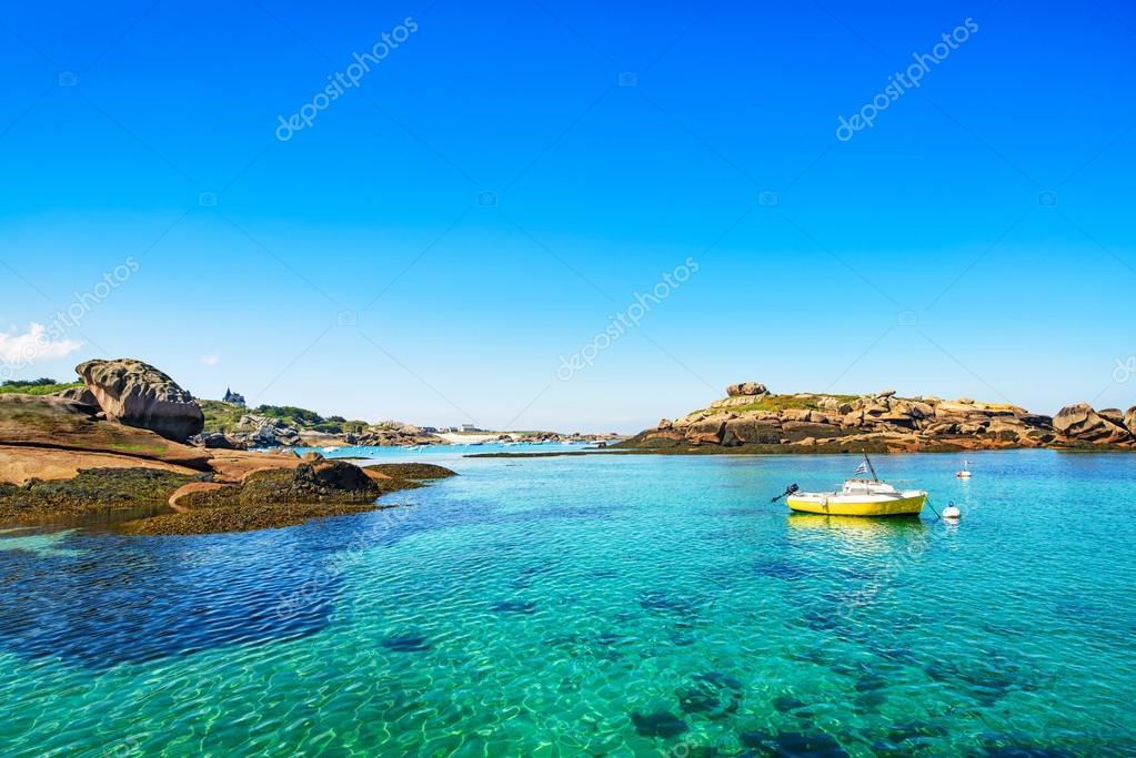 Tregastel bateau dans le port de p che c te de granit rose bretagne france photographie - Port de peche cote d armor ...