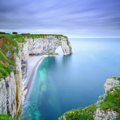 Fotografie Etretat, Manneporte natural rock arch and its beach. Normandy, F