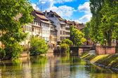 Strasburgo, canale di acqua nella zona di petite france, patrimonio dellUNESCO. Alsazia.