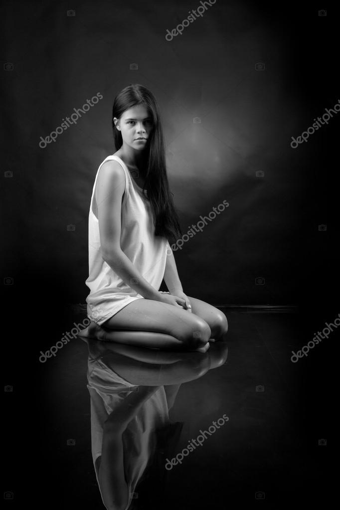 Стильная черно белая эротика девушка под водой #12