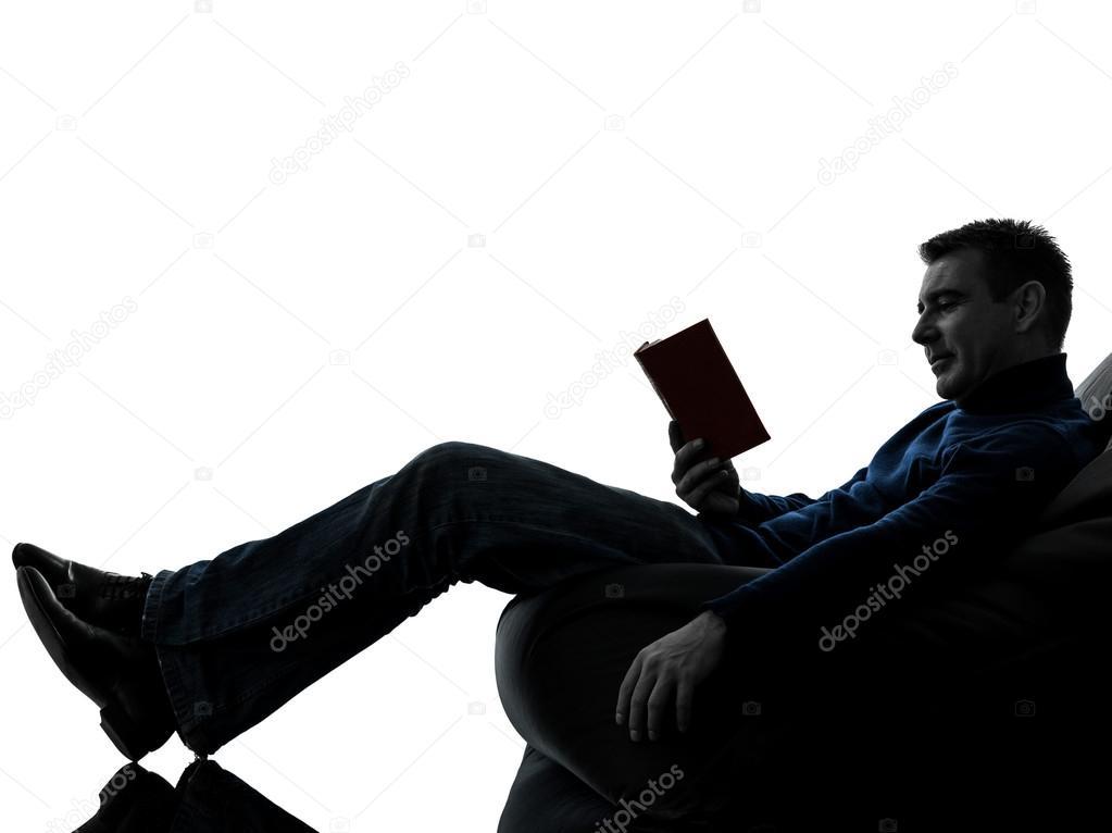 Mann lesen Buch Silhouette voller Länge — Stockfoto ...