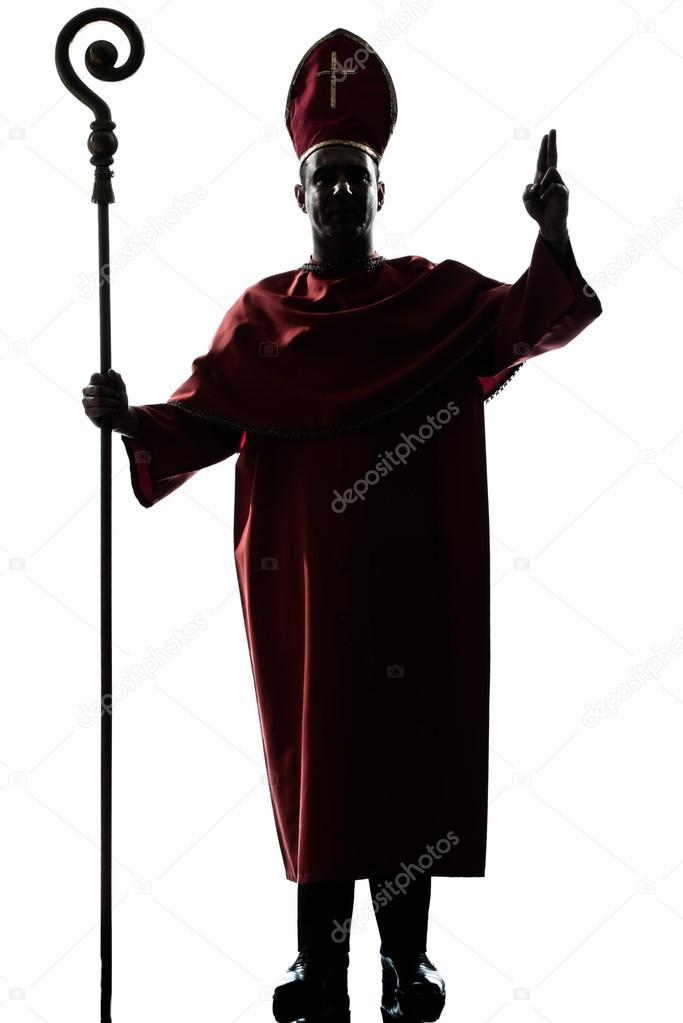 Silhueta de um homem bispo Cardeal saudando a bênção no estúdio isolado no  fundo branco — Foto de STYLEPICS 30f2fefd002