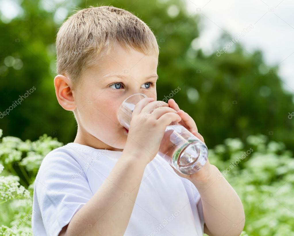 Imágenes: Una Persona Tomando Agua