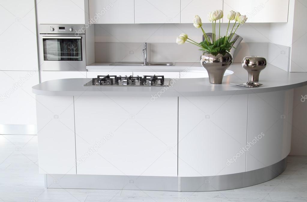 Moderne witte keuken met gesloten oven u stockfoto captblack