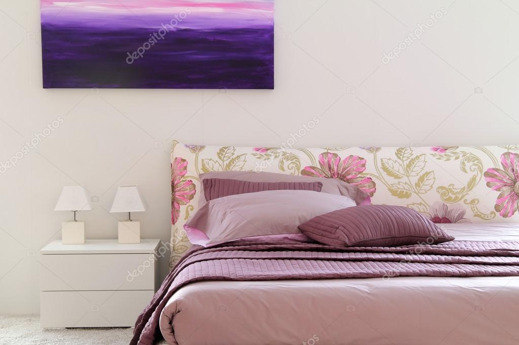 Stilvolle Lila Und Rosa Bett In Weiß Schlafzimmer U2014 Stockfoto