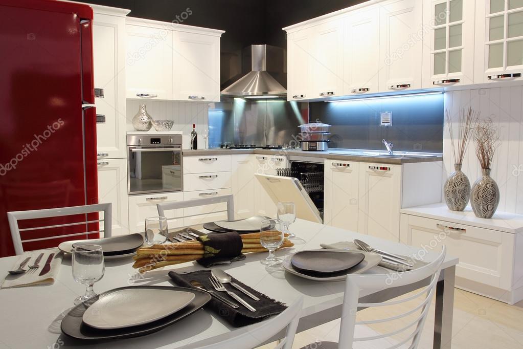 weiß und creme-farbig-modernen Küche — Stockfoto © Captblack76 #43634375