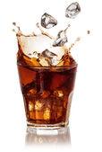 Cola sklo s padající kostky ledu nad bílá. s ořezovou cestou