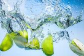 mele verdi. frutti cadono profondamente sotto lacqua con un grande splash