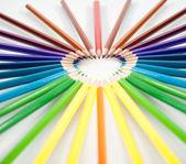 barevné tužky izolované na bílém pozadí