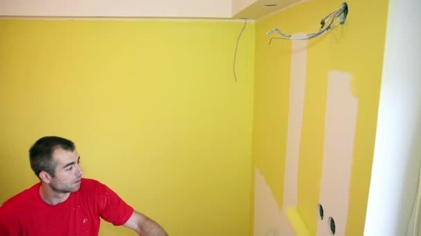 Malování zdi v žlutá