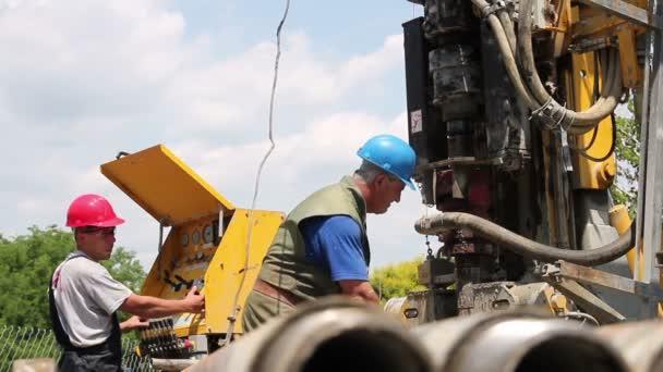due operai di olio lavorando sulla perforazione rig