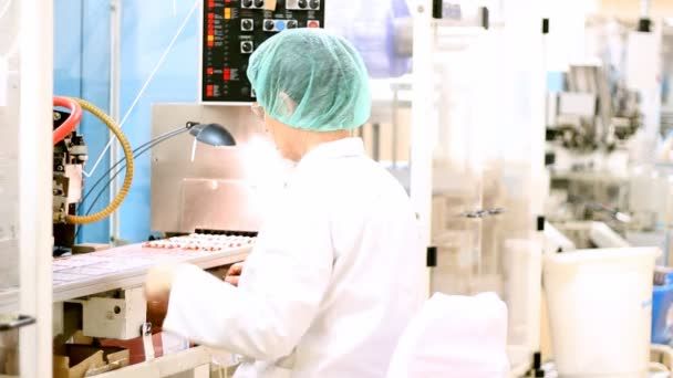 farmaceutická továrna - ampule balicí linky