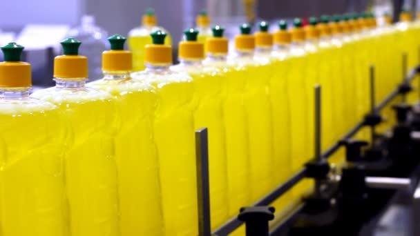 tekutý čisticí prostředek láhve na dopravní pás