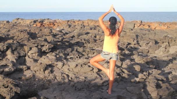 Jóga žena na pláži rock