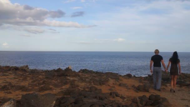 elegantní pár procházky podél pobřeží oceánu krajiny