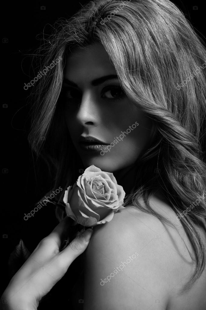schöne Frau und Blumen in Schwarzweiß — Stockfoto © nilswey #25514915
