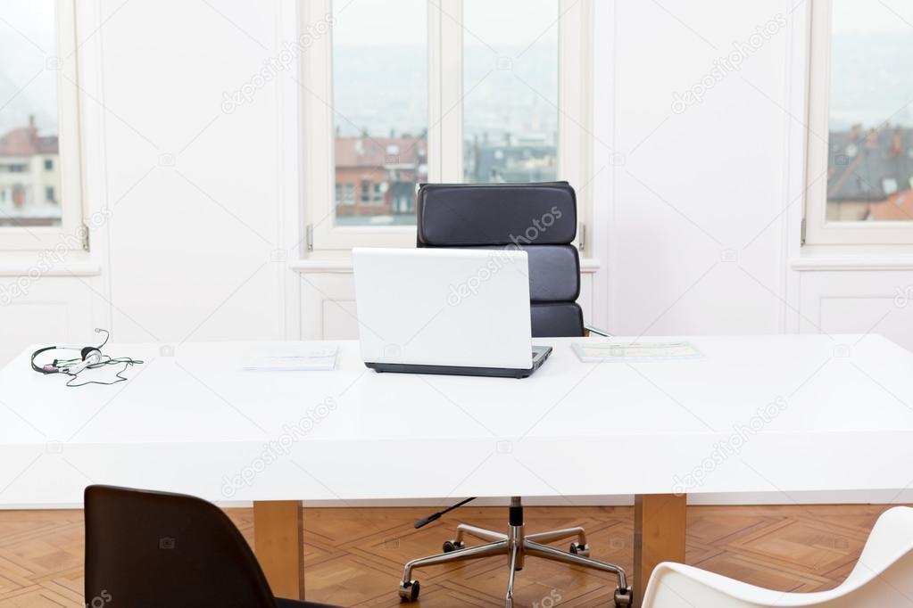 Tavolo Di Ufficio : Tavolo di lavoro di ufficio e portatile bianca architettura di