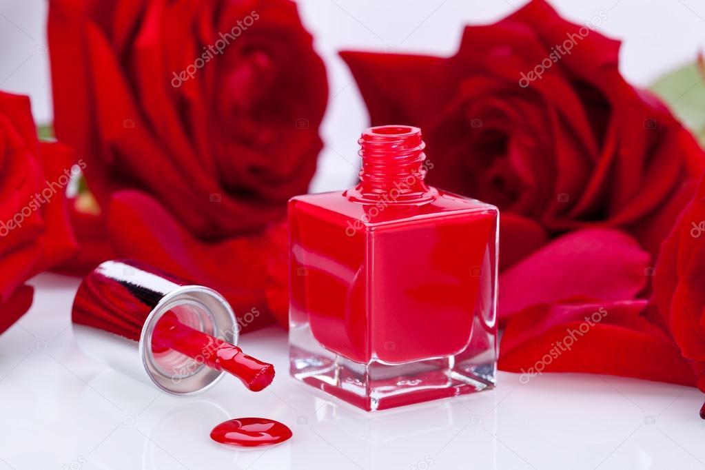 esmalte de uñas rojo elegante en una elegante botella — Foto de ...