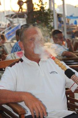adam bir nargile nargile Sigara