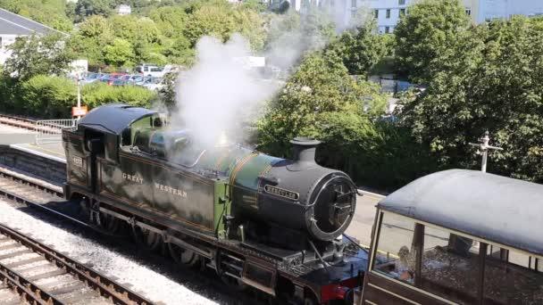 Parní vlak vypustili páru v železniční stanici