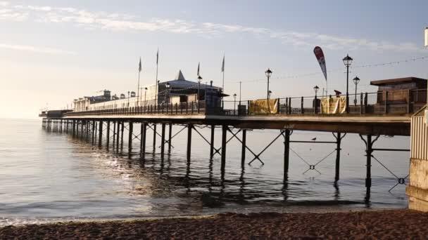 Pilastro inglese con il mare bagna in u2014 video stock