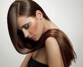 žena s dlouhými vlasy zdravé