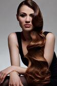 Dlouhé vlnité vlasy. kvalitní retuše