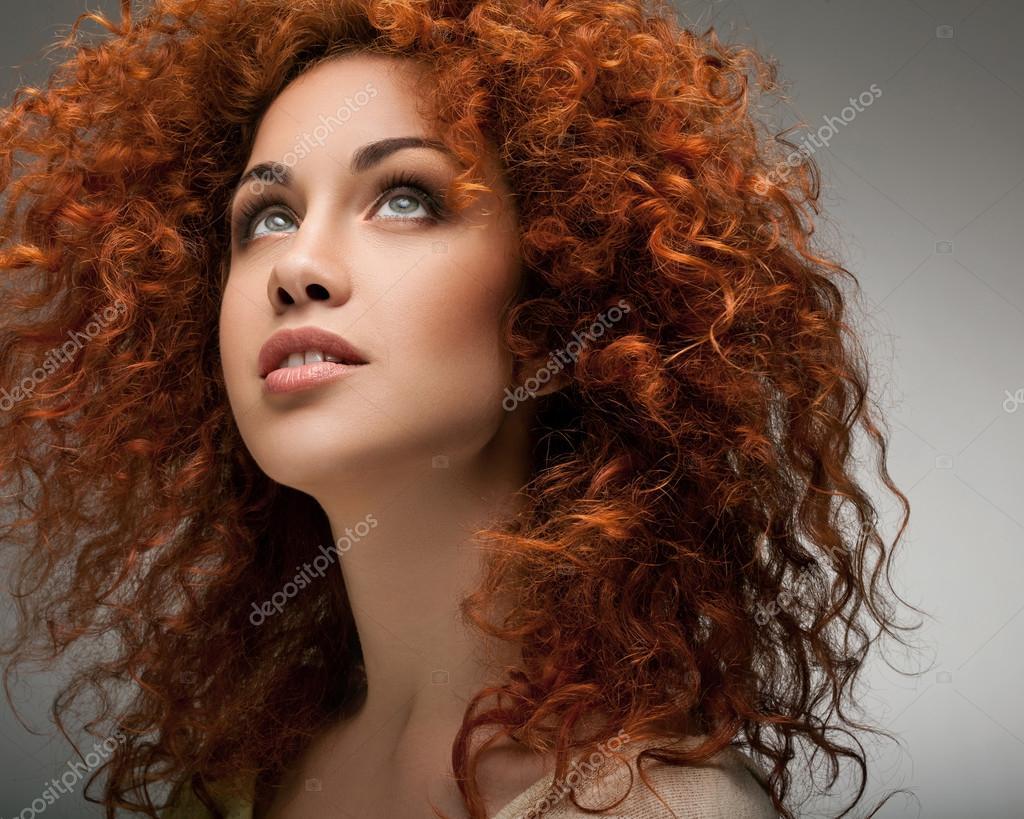 Capelli rossi. Bella donna con capelli lunghi ricci e ...