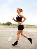 corridore della donna. ragazza fitness in esecuzione allesterno
