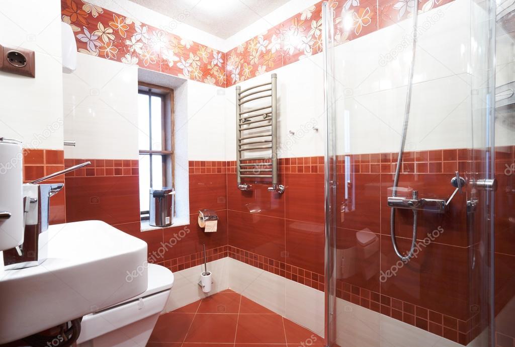 Moderne rode badkamer u2014 stockfoto © mazzachi #24456469