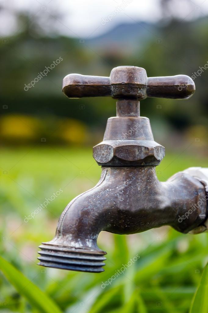 Ein Outdoor Wasserhahn Bereit, Wasser Auf Dem Rasen Feld Zu Verbreiten U2014  Foto Von Juvelez
