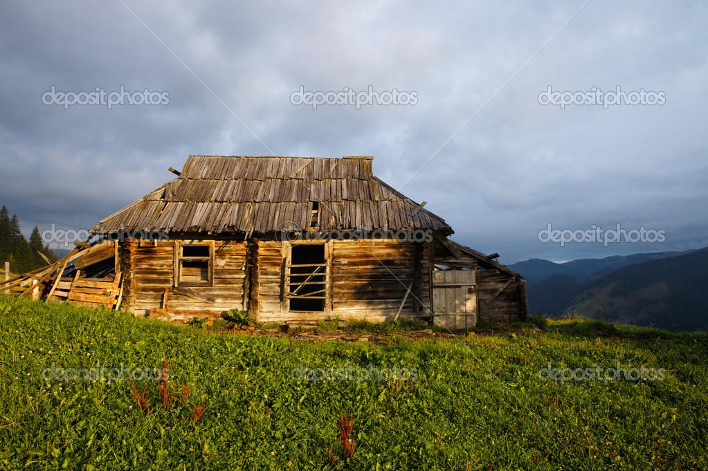 Casa in legno abbandonata alla montagna collina foto for Piani casa contemporanea collina