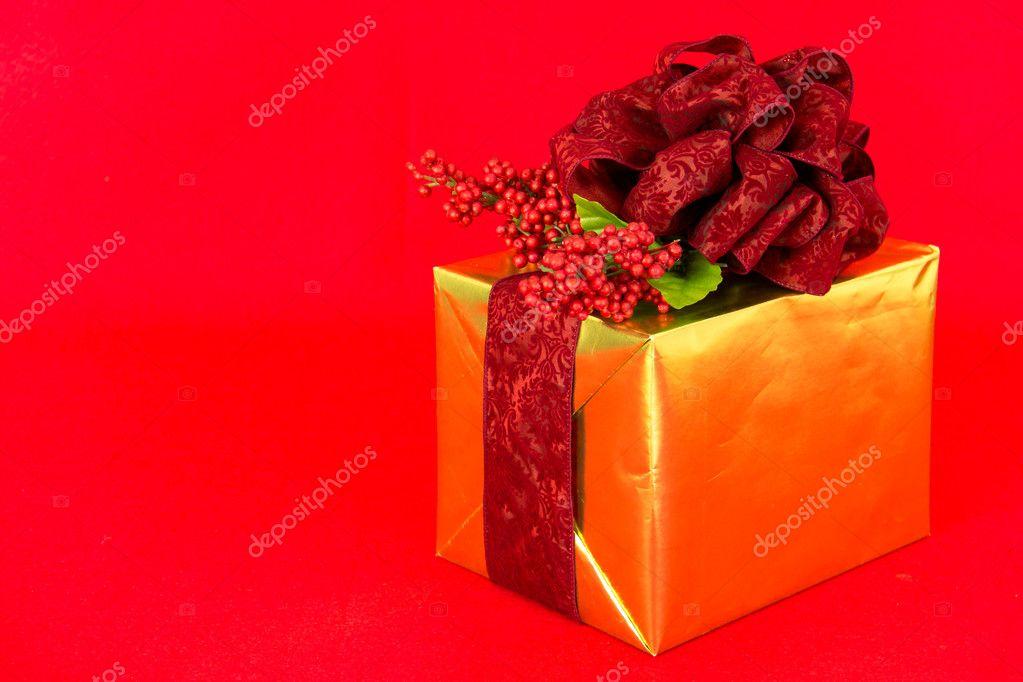 Gold-gewickelten Geschenk mit roten Damast Band — Stockfoto ...