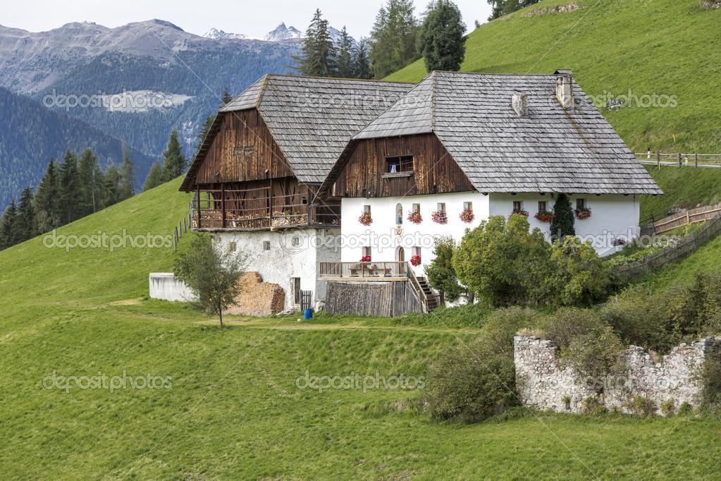 casas rurales tpicas en tirol del sur italia u imagen de stock