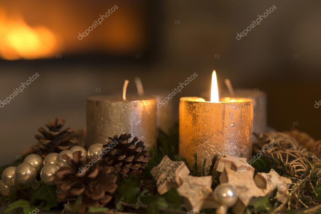brennenden kerze auf einem adventskranz stockfoto. Black Bedroom Furniture Sets. Home Design Ideas