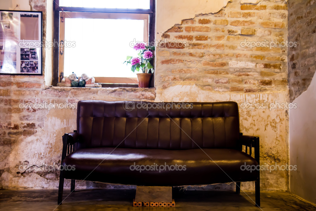 divano nero le vecchie pareti in muratura — Foto Stock © photonewman ...