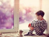 Boy v zimě okno