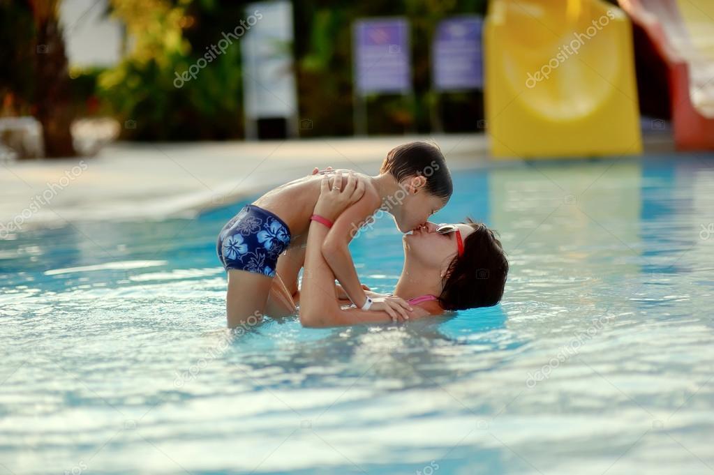 мамочка возле бассейна всего, обоим