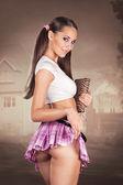 sexy školačka drží knihu a zvedání sukně tak předvádí, ale