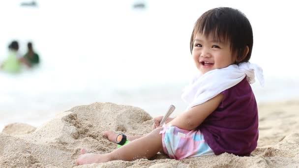 ビーチで幸せな演奏の赤ちゃん