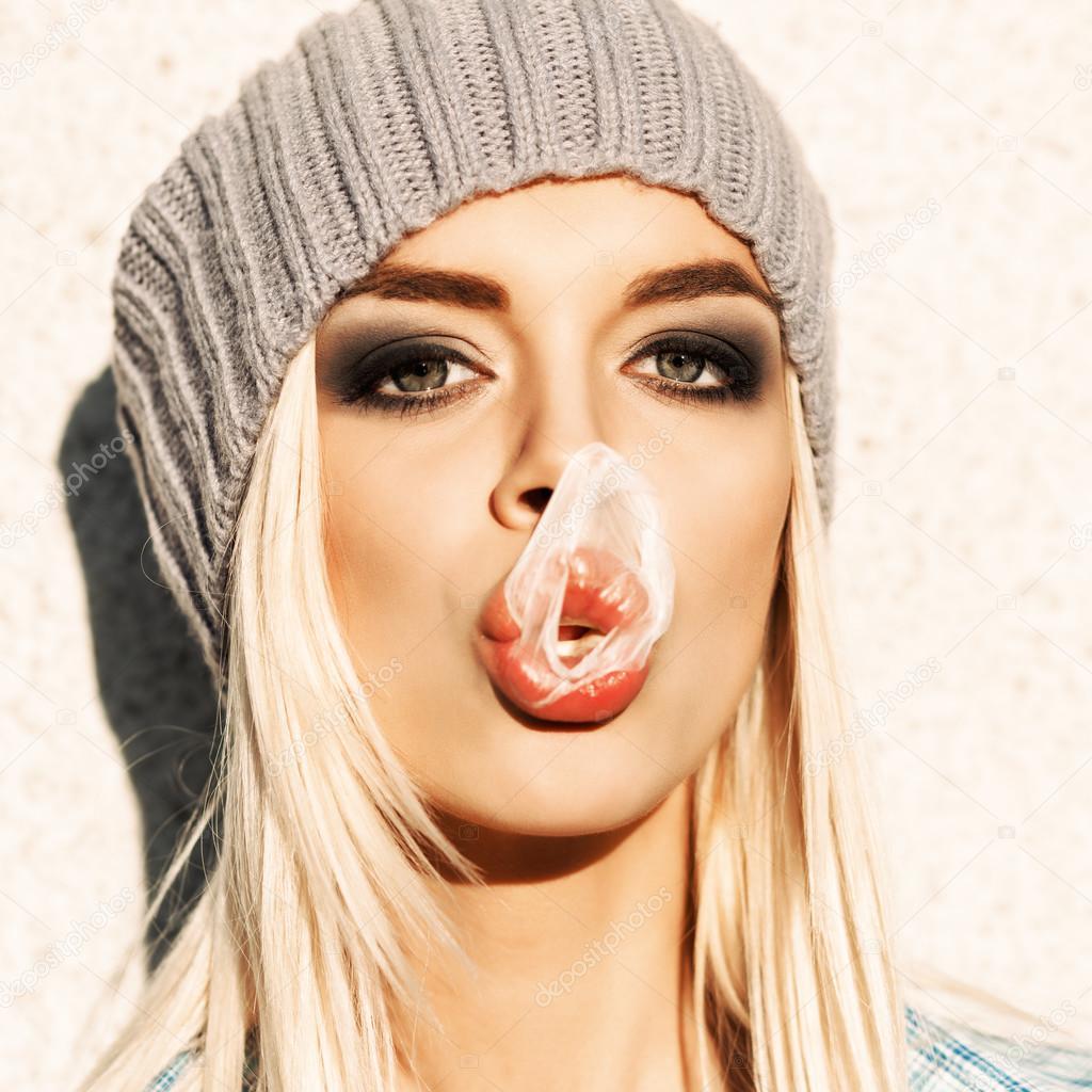 Beautiful blonde girl in beanie hat with smokey eye make - Femme blonde photo ...