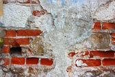 stará cihlová zeď s pozadím popraskané omítky vodorovně
